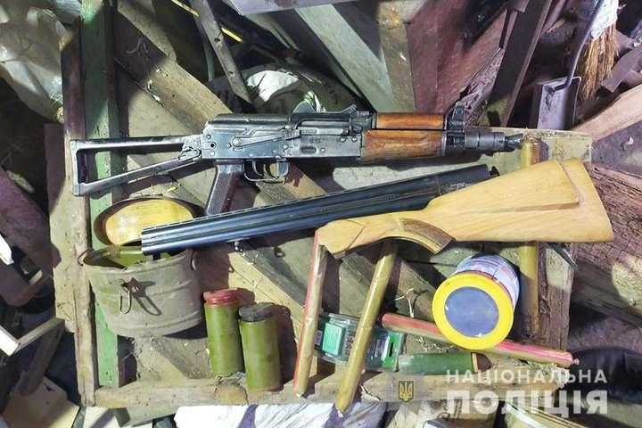 Поліція виявила у жителя Дніпропетровщини арсенал зброї та наркотики (фото)
