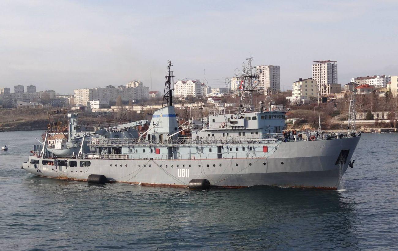 Пошкоджений корабель ВМС буксирують до Одеси. Екіпаж евакуювали