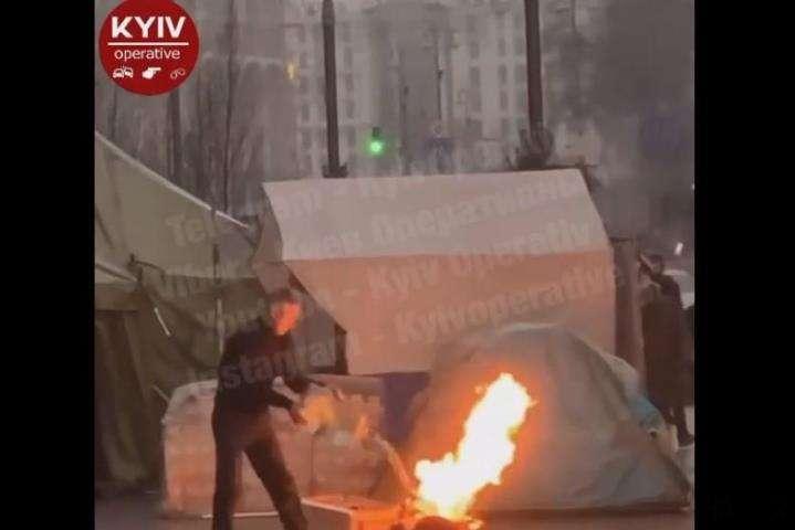 В протестующих возле КГГА загорелся баллон с газом