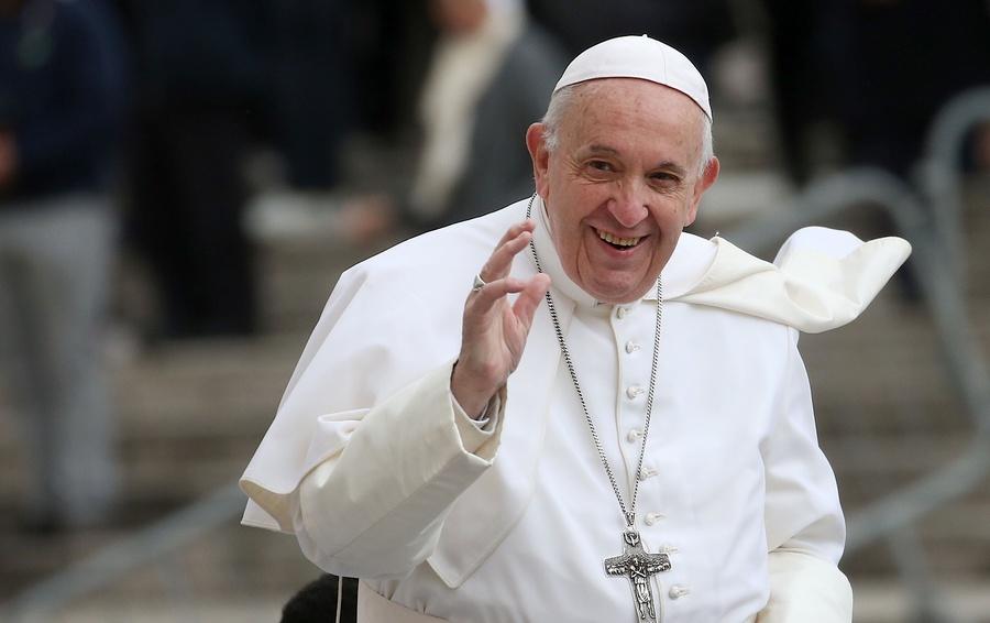 Папа Римський зняв маску в натовпі віруючих на площі Ватикану – відео