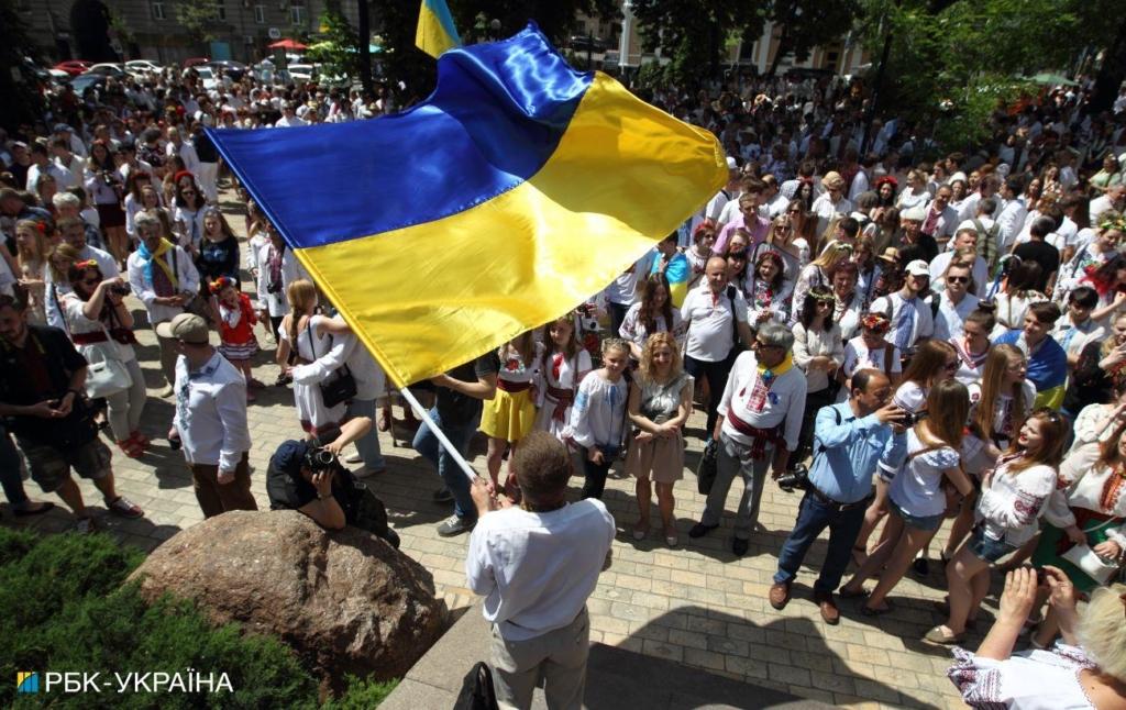 В Винницкой области мужчина вытер руки государственным флагом. Полиция начала уголовное производство