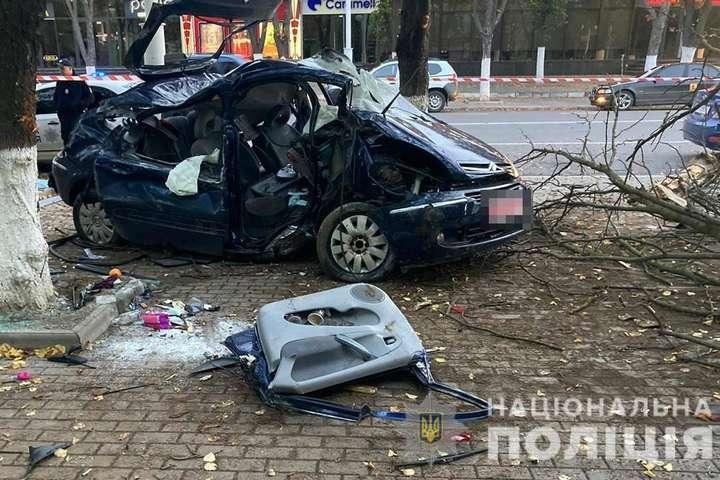 На Одещині сталося жахливе ДТП: автомобіль перетворився на купу брухту (фото)