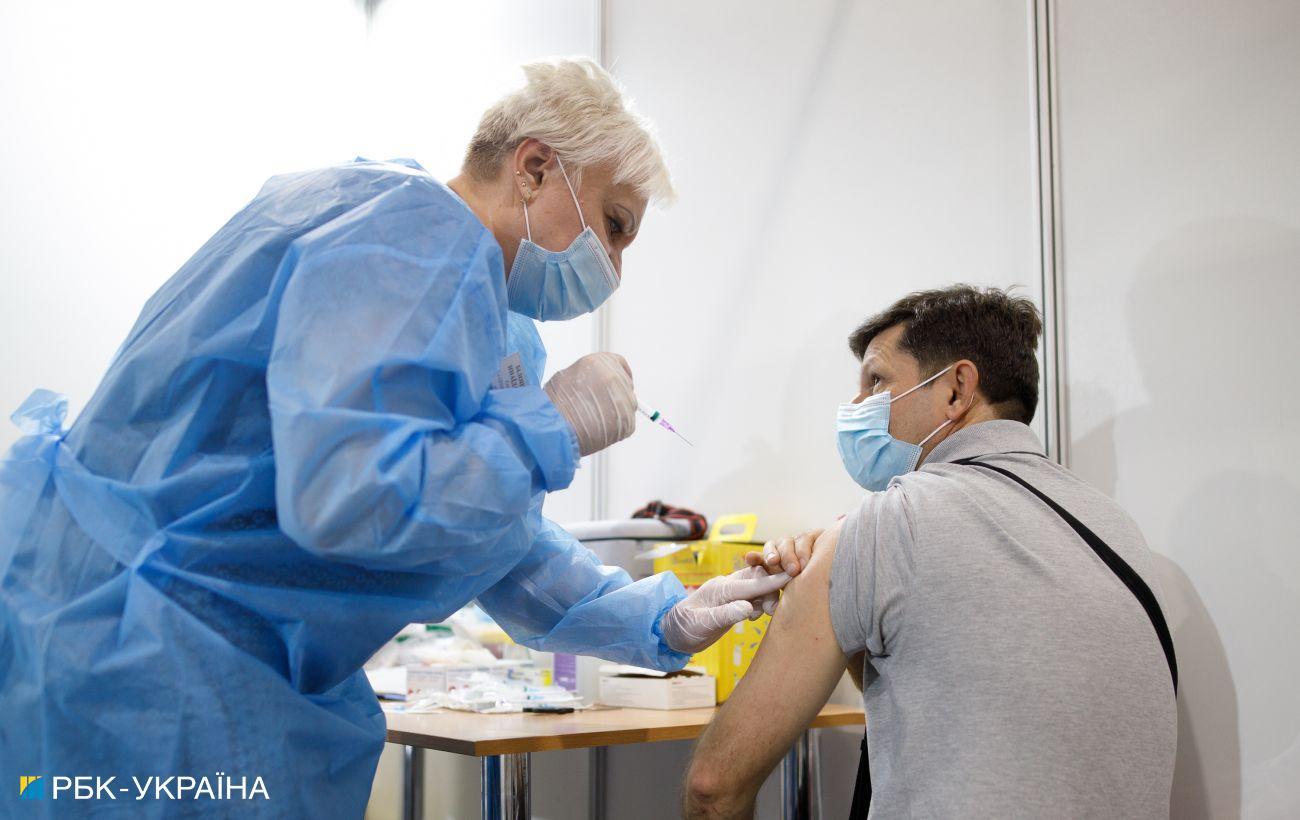 Вакцинация в Украине: одну дозу сделали больше 6 млн человек
