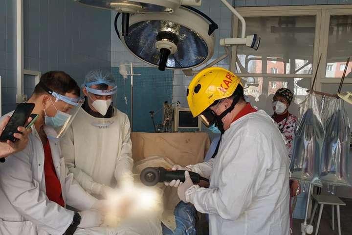 В Киеве медики и спасатели освободили мужчину, который надвинул на половой орган гайку