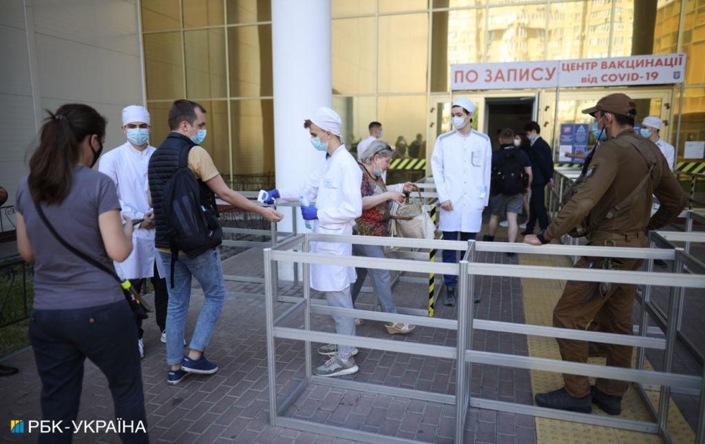 Короткий день Центр вакцинации в Киеве изменил часы работы на эти выходные