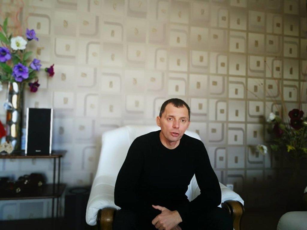 Депутат Херсонської облради Рожков влаштував роздачу кавунів, не відходячи від свого Lexus – фото