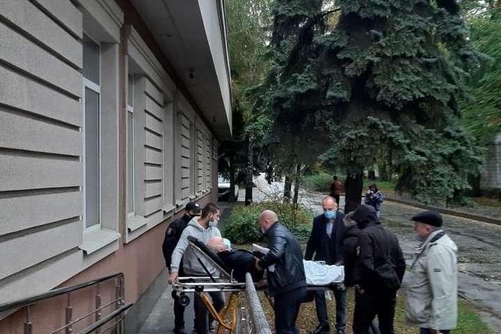 Смертельне ДТП на Майдані: підозрюваного занесли в суд на ношах (фото)