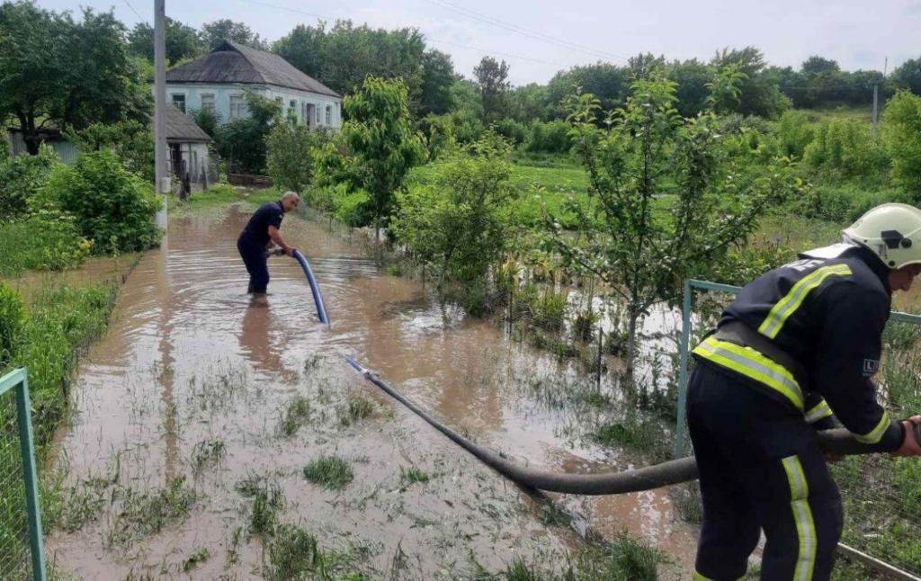 Непогода в Украине без света более 50 сел и городов, десятки домов и хозяйств в воде