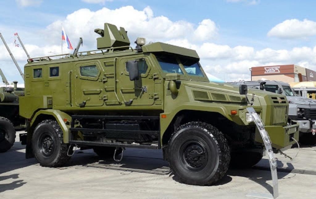 У Росії на параді 9 травня спалахнуло військове авто: гасити довелося ганчіркою