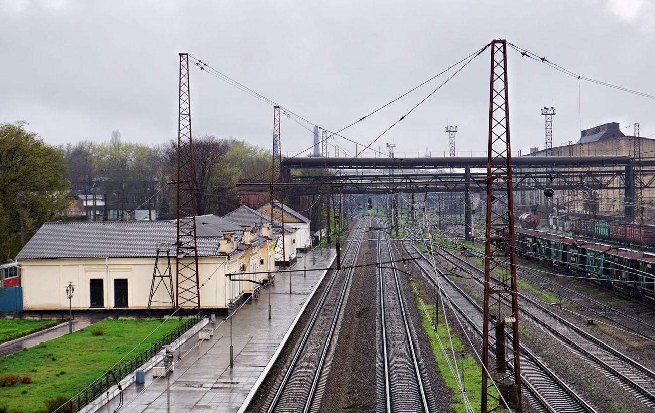 Под Киевом поезд перекрыл пешеходный переход: люди лезли под вагонами (фото)