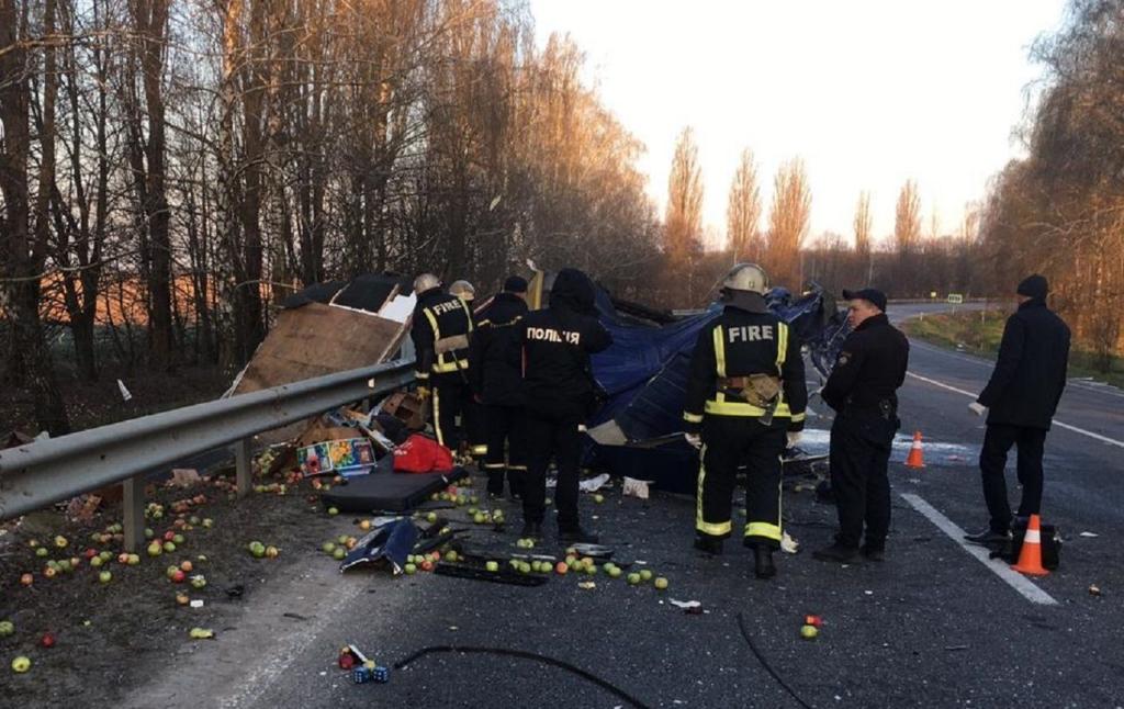 В Винницкой области в лобовой аварии грузовиков погибли два водителя