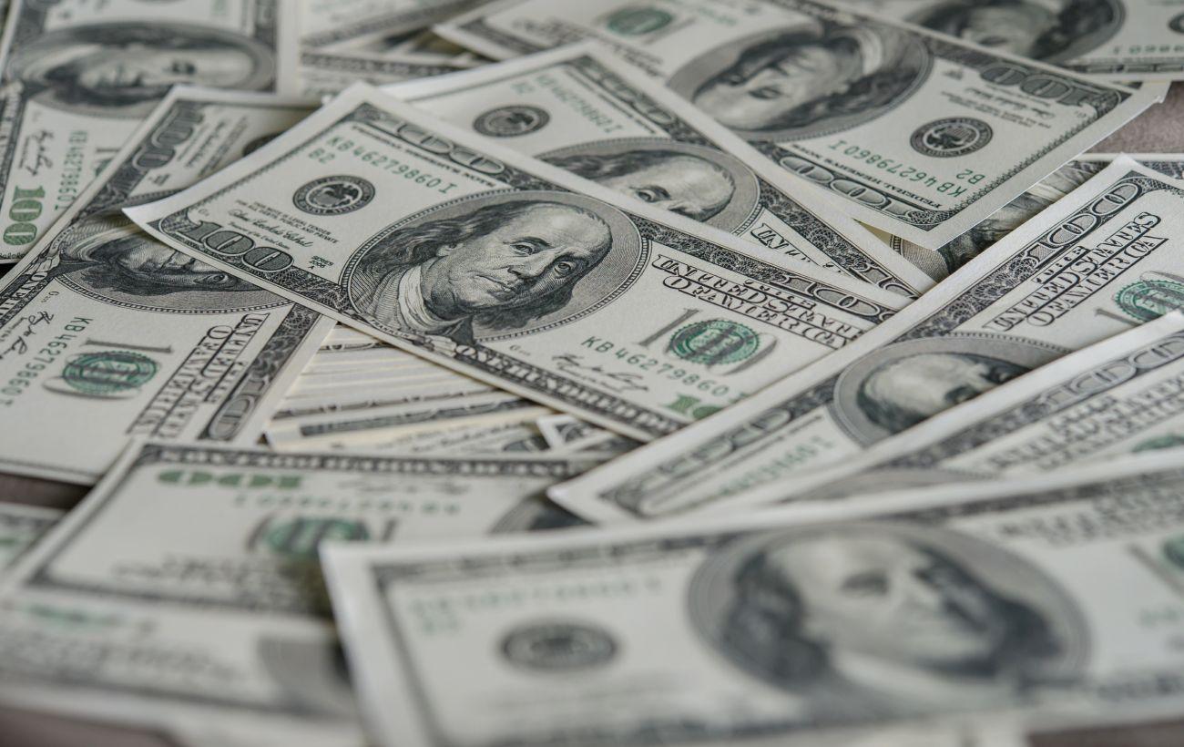 Міжбанк закрився зростанням курсу долара в кінці короткого робочого тижня