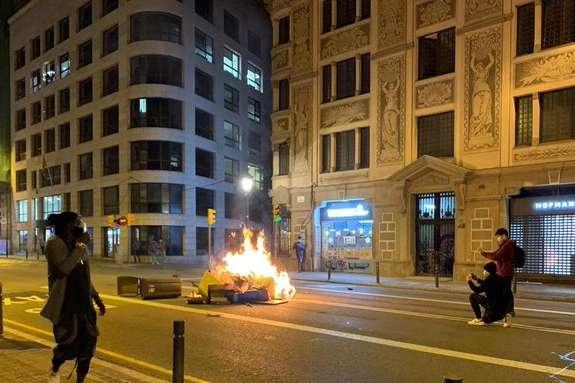 В Іспанії масштабні протести проти карантину: протестувальники палять автівки та грабують магазини