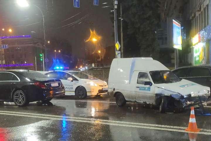 В Киеве водитель ЗАЗ протаранил четыре машины и скрылся с места ДТП (фото)
