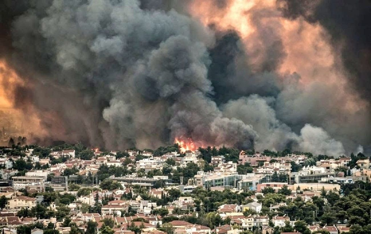 Люди спасаются вплавь, наблюдая как огонь пожирает их дом: жуткое видео пожаров в Греции