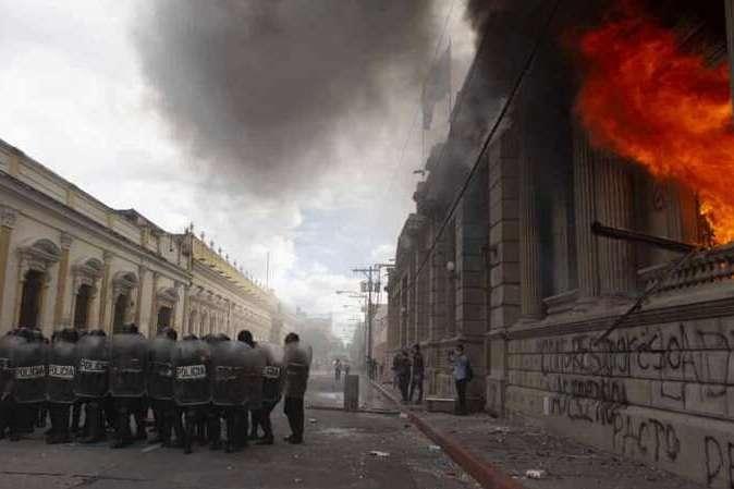 У Гватемалі протестувальники підпалили парламент
