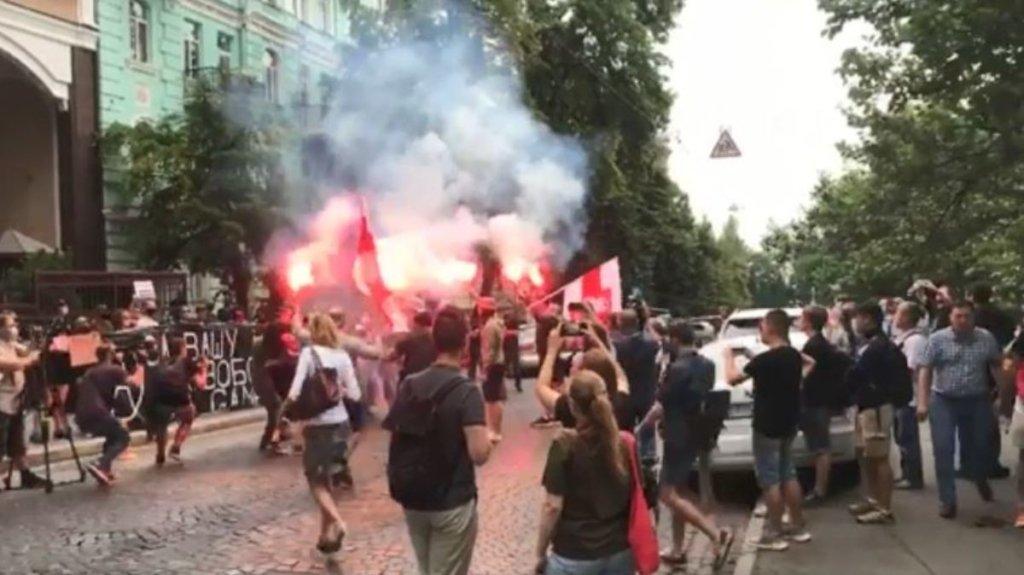 Біля посольства Білорусі в Києві сталися сутички і затримання