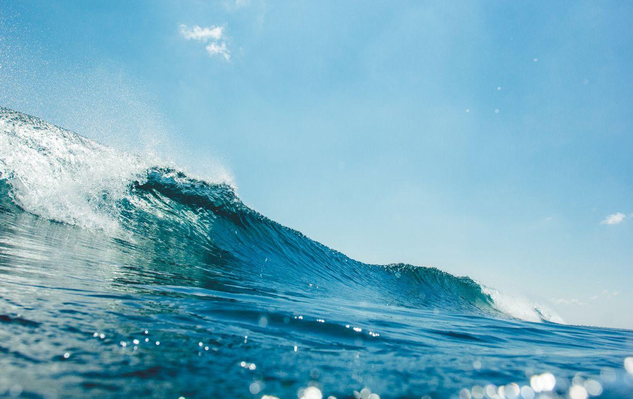У Франції дев'ятьох людей затягнуло штормове море