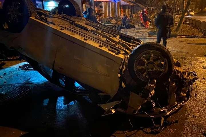 В Хмельницкой области автомобиль снес террасу кафе: смертельное ДТП попала на видео