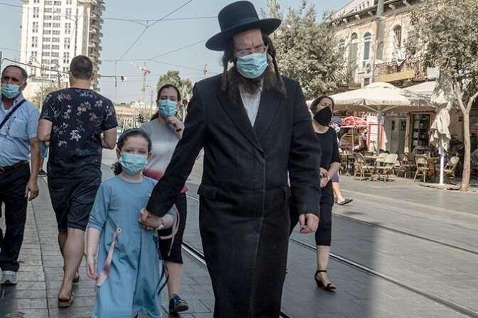 Израильские врачи вакцинировали от коронавируса половину населения