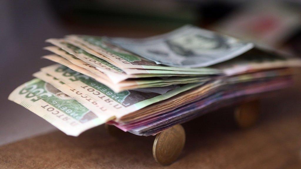Українці не витрачають гроші на охорону здоров'я і освіту: куди йде основна частина зарплати