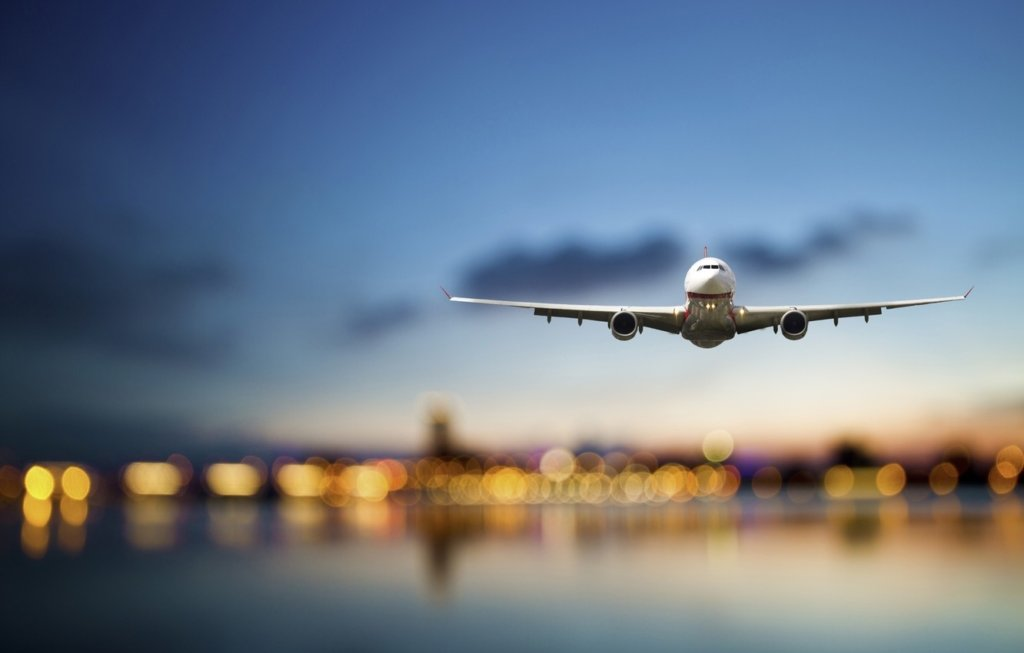 Пілотові довелося екстрено садити літак через пасажира без маски – відео