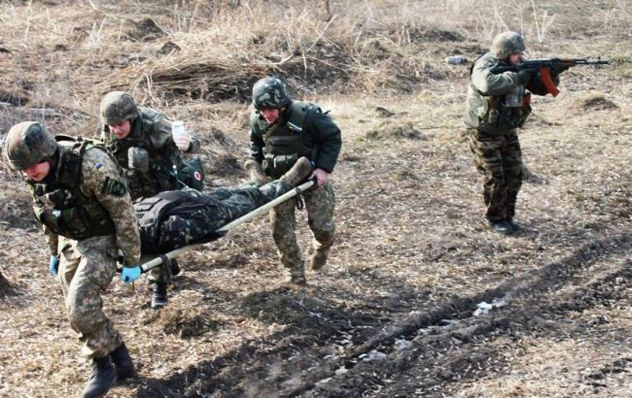 На Донбасі під обстрілом загинув український військовий, ще один отримав поранення
