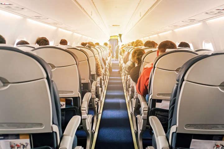 Неадекватная россиянка устроила дебош в самолете: ее привязали скотчем к креслу (видео)