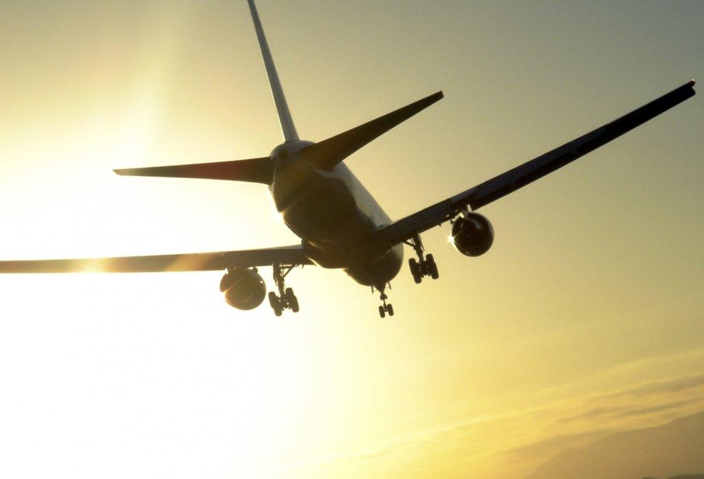 У Лондоні екстрено приземлився літак: на його борту повідомили про бомбу — фото, відео