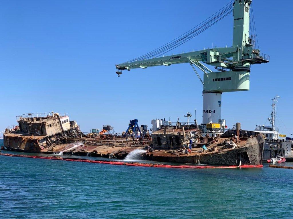 В Одесі прибрали затонулий танкер Delfi – відео