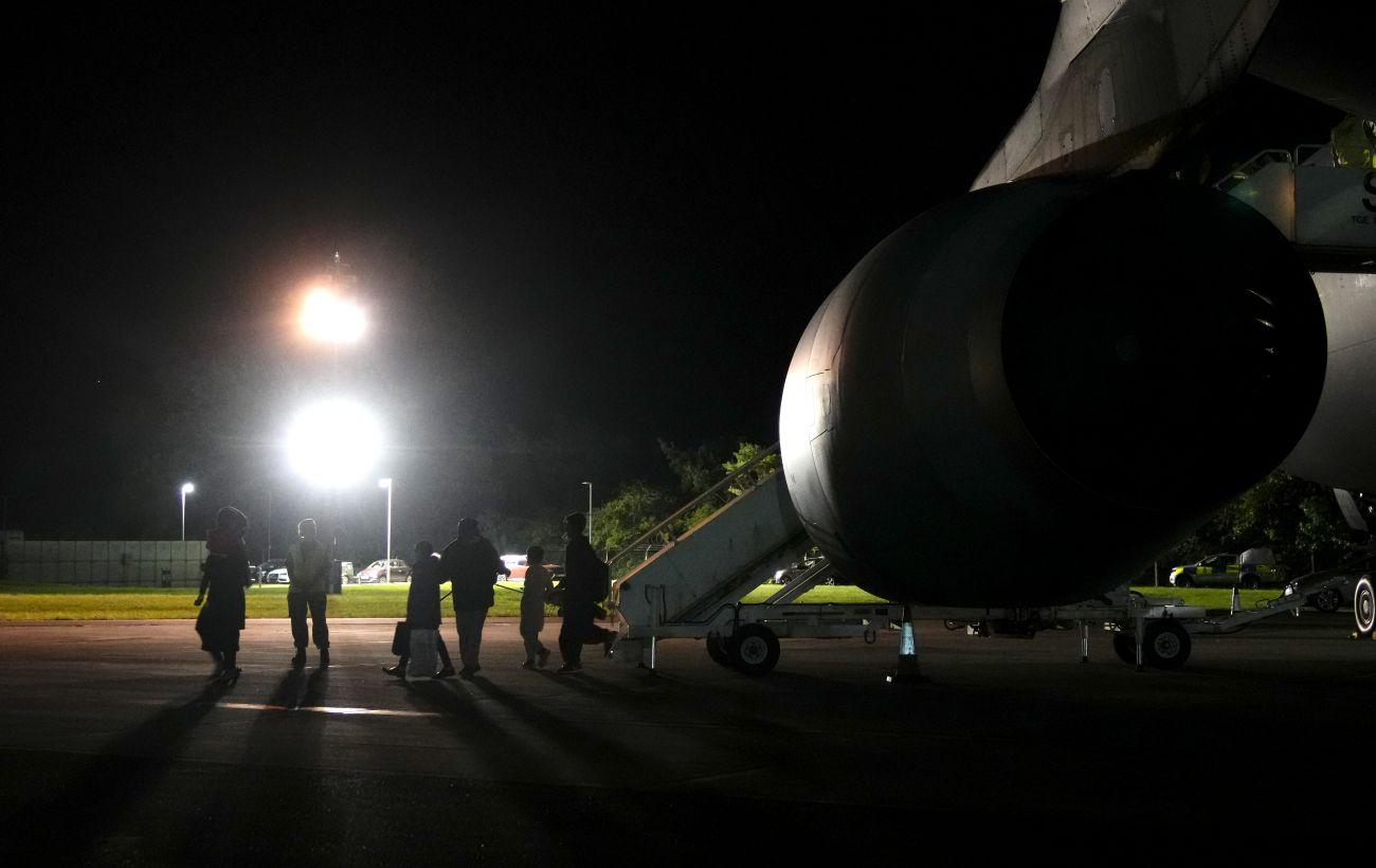 Великобритания эвакуировала из Афганистана более 2 тысяч беженцев