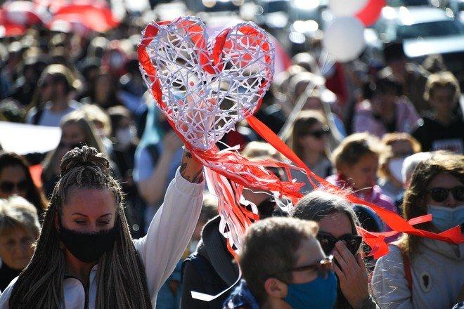 Затримання в Білорусі: жінки на «блискучому» марші протесту — фото і відео