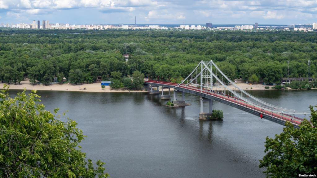 Вандал розбив пункт в'їзду на Труханів острів у Києві