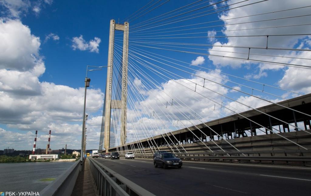 На Южном мосту в Киеве столкнулись шесть автомобилей. движение затруднено