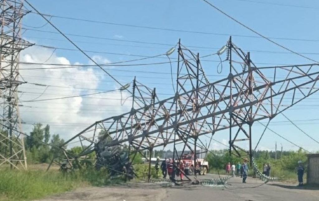 У Києві вантажівка збила опору ЛЕП. Протягом двох днів можуть відключати світло
