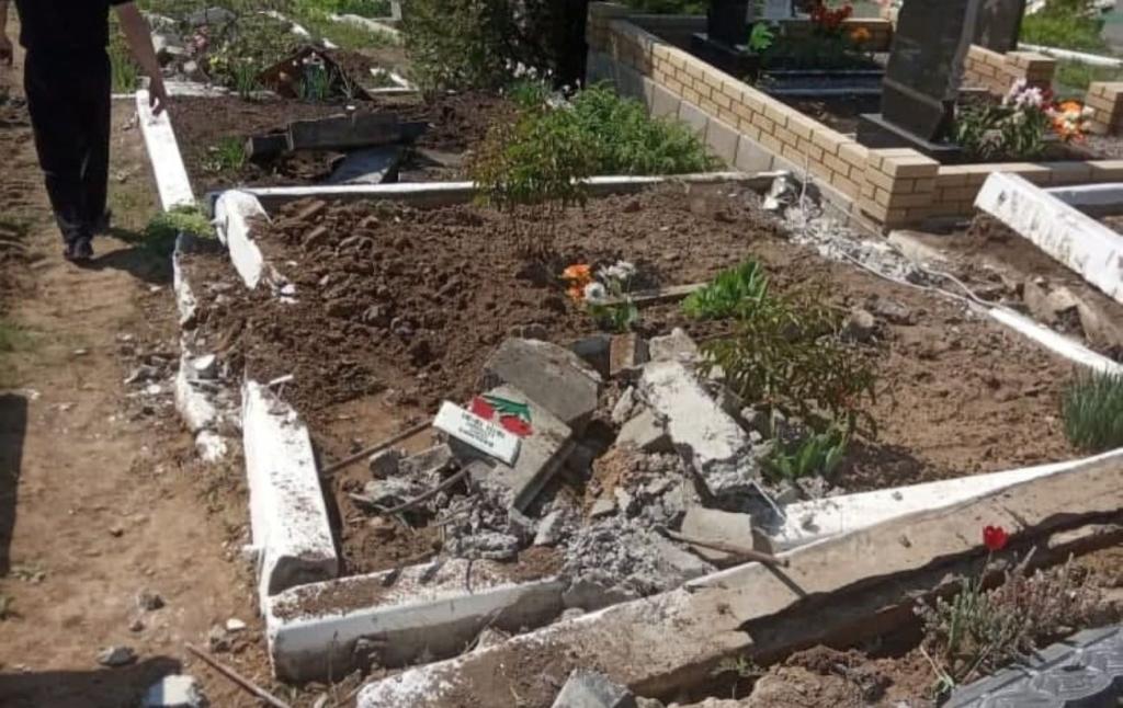 У Луганській області бойовики зруйнували кладовище за допомогою військової техніки