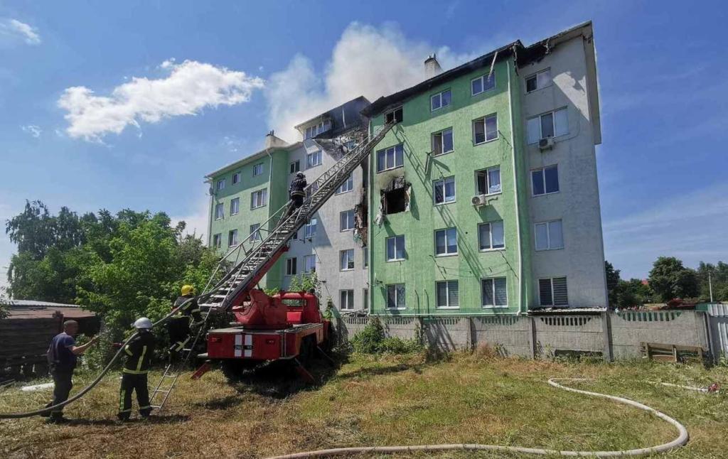 Под Киевом взорвалась многоэтажка: людей эвакуируют, есть пострадавшие