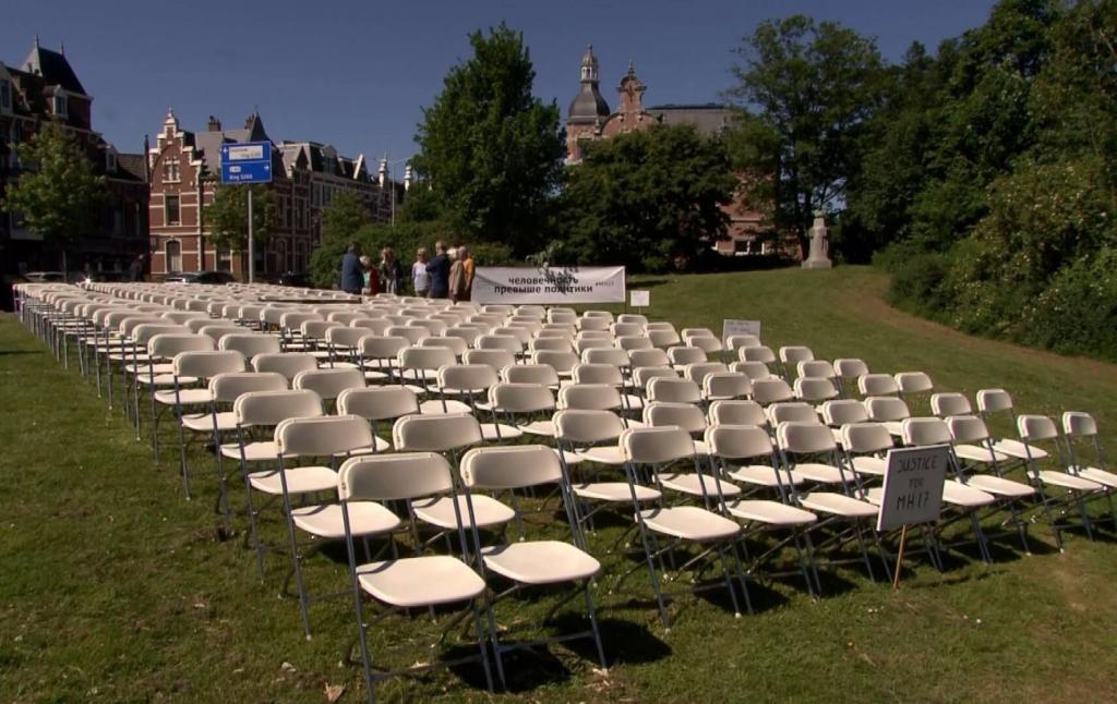 Дело МН17: перед рассмотрением у посольства РФ в Гааге поставили 298 белых стульев