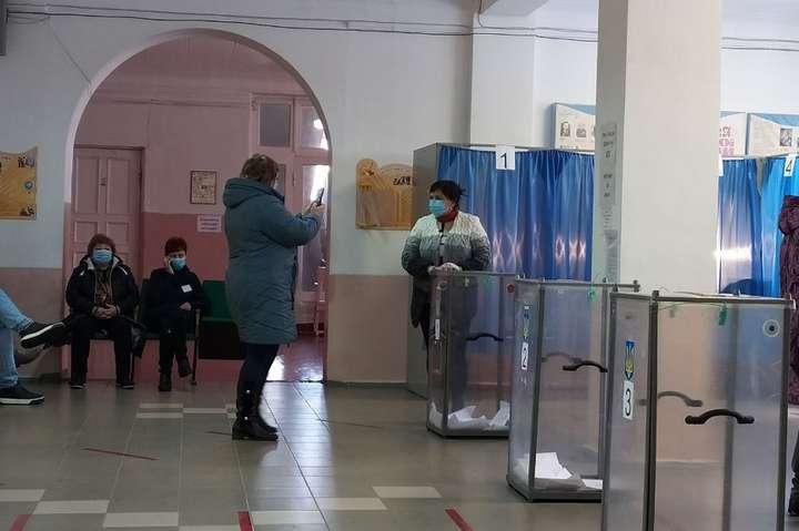У Слов'янську виборці фотографуються біля скриньок для участі у розіграші смартфона