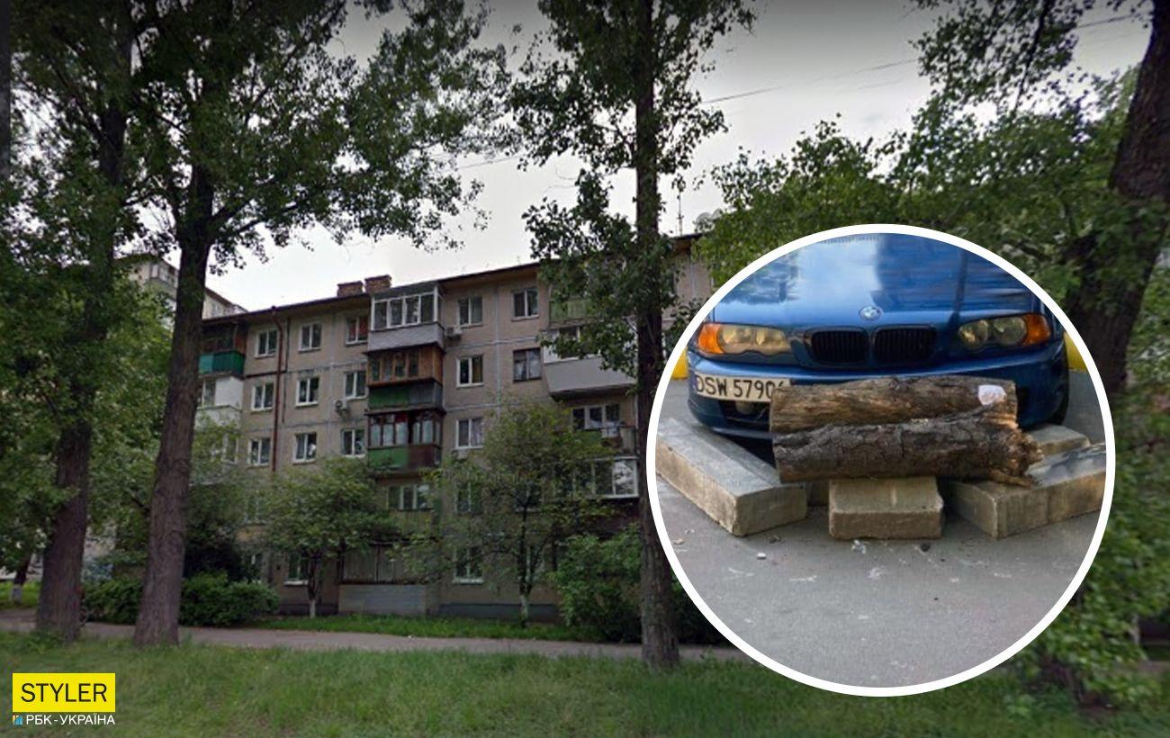 """У Києві автомобіль """"замурували"""" бетонними блоками: фото війни за парковку"""