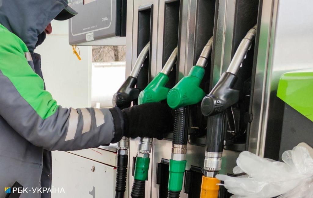 На АЗС прекращают продавать премиальное топливо и снижают цены