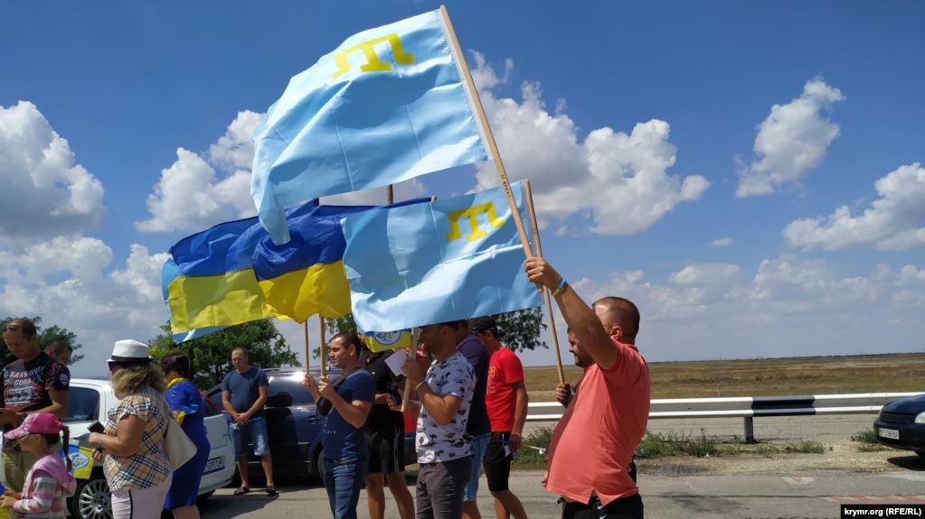 Байкери привезли до межі Криму український і кримськотатарський прапори