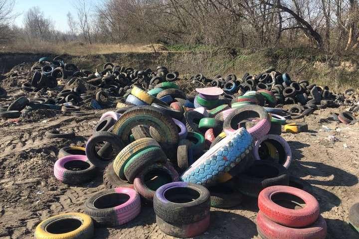 В Киеве образовалось огромная свалка шин, которые должны утилизировать (фото)
