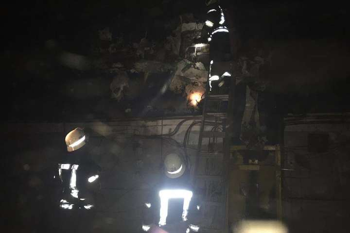 Вночі у Києві сталася серйозна пожежа: горіли склади (фото)