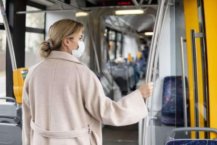 Хворе горло і нежить: медики назвали нові симптоми COVID-19