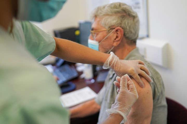 Новые штаммы коронавируса могут сделать вакцинацию в Украине не эффективной, — специалист