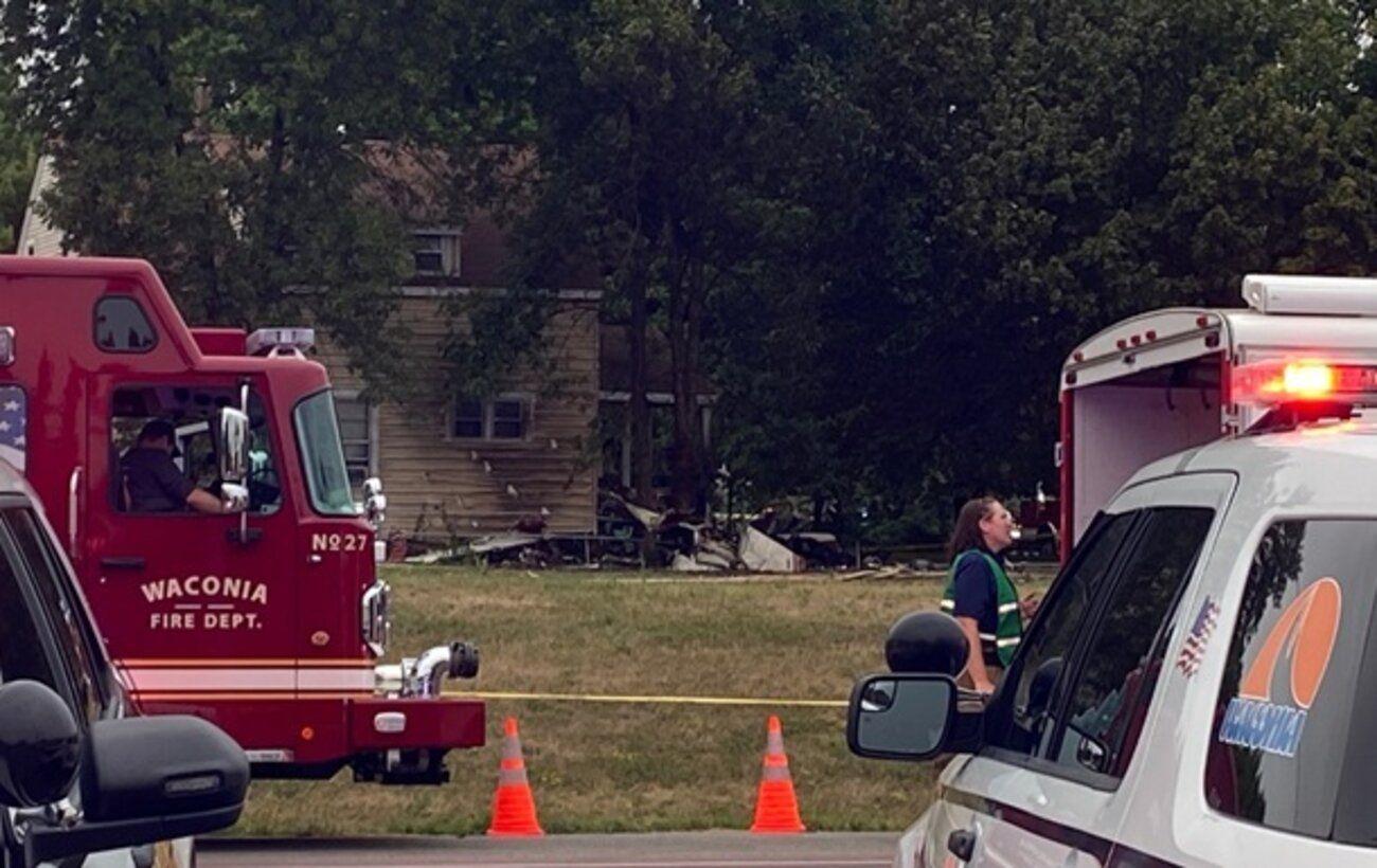 В США одномоторный самолет упал на жилой дом, есть погибшие