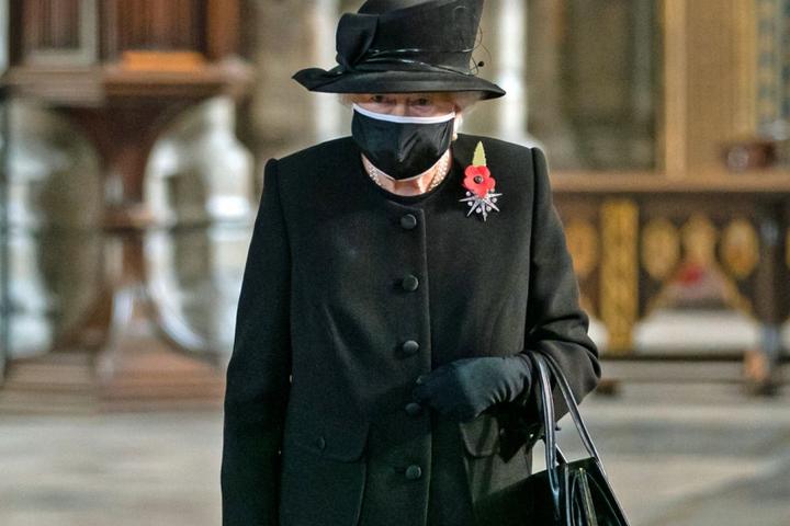 Королева Єлизавета II вперше з'явилася на публіці у захисній масці