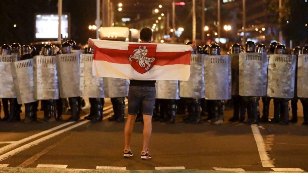 Над Києвом запустили величезний прапор Білорусі — фото