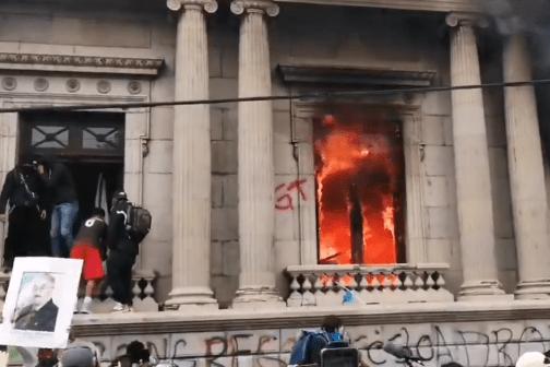 У Гватемалі протестувальники підпалили будівлю парламенту: відео